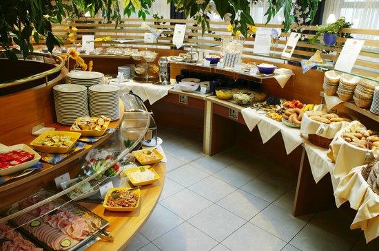 Vitalhotel Der Parktherme: kalt-warmes Frühstücksbuffet mit über 150 verschiedenen Speisen & Getränken