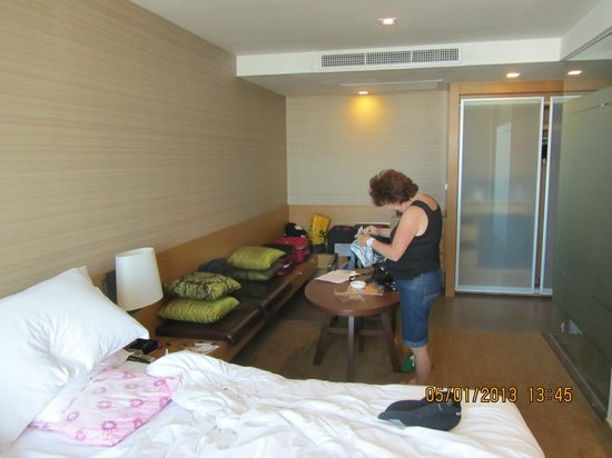 Anantara Sathorn Bangkok Hotel: Good room, great heavy curtains for sleeping in!