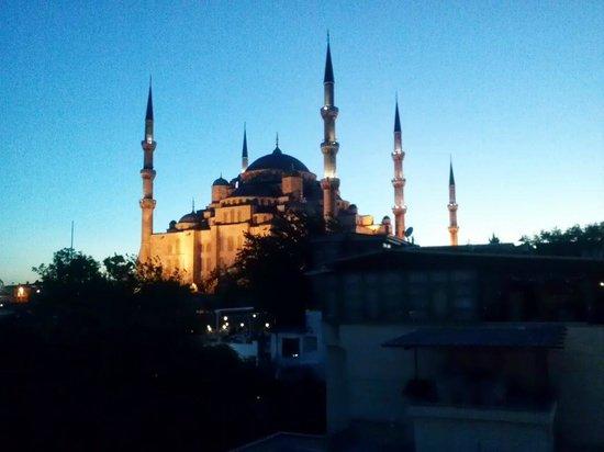 Vista de la Mezquita Azul al anochecer desde la terraza del Nobel Hostel