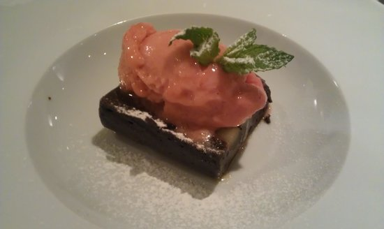 Alenti Restaurant: Brownie with strawbery ice cream.