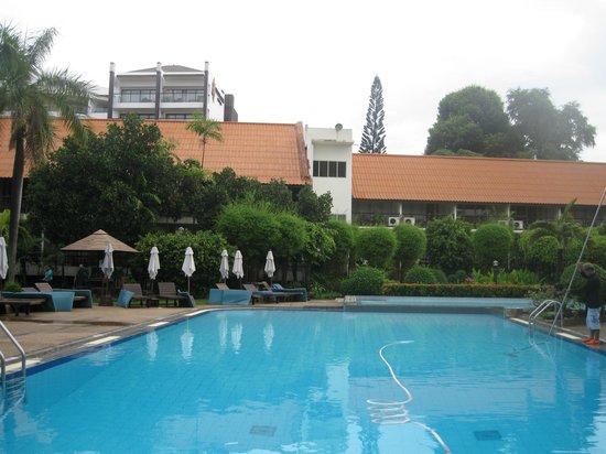 Sunshine Garden Resort: pool area