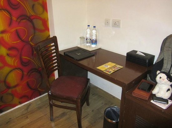 تاوروس هوتل: Work table