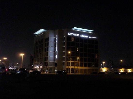 Centro Barsha: Hotel at night