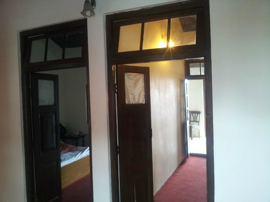Hotel Himalayan Club: blank plain walls