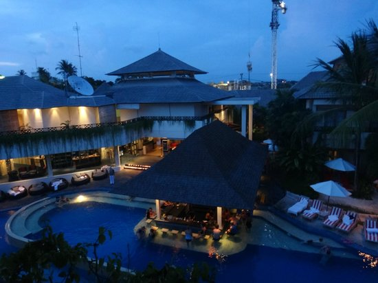 The Breezes Bali Resort & Spa: Pool bar at night
