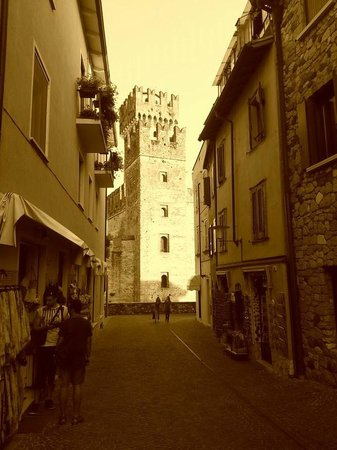 Hotel Ganfo: Sirmione - Tower from a small alley