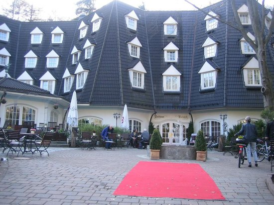 Waldhaus Reinbek: Outside the hotel