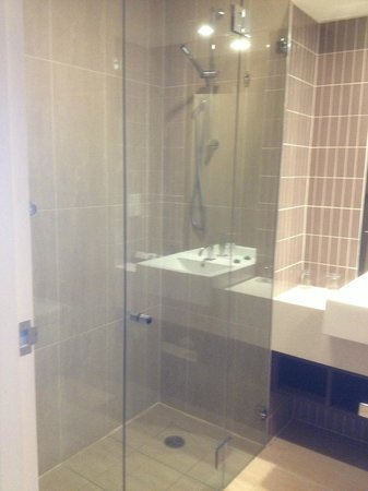Rydges Campbelltown Sydney: Clean Bathroom