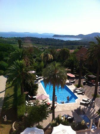 L 'Orangeraie Parc Hotel: Aussicht vom Zimmer auf Pool und Meer
