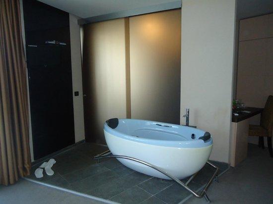 Regina Maria Spa Design Hotel: bathtub and the entrance in the bathroom