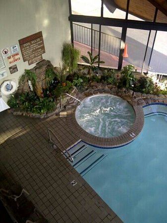 Valley Forge Inn: hot-tub at indoor pool