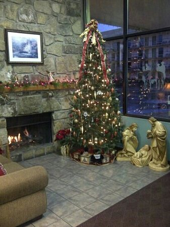 Valley Forge Inn: lobby at Christmas time