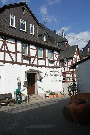 Zum Schiffchen: Straatzijde en ingang van het restaurant.