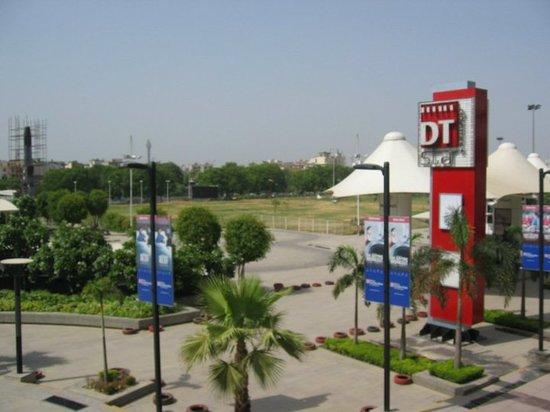 Hilton Garden Inn New Delhi / Saket : outside hotel 5