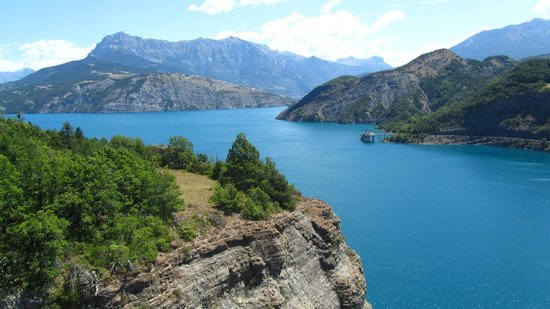 Hotel de la Poste : The lake is very close to the hotel! Looks like a postcard!
