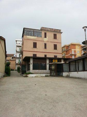 Hotel Le Petit: L'albergo visto dal parcheggio