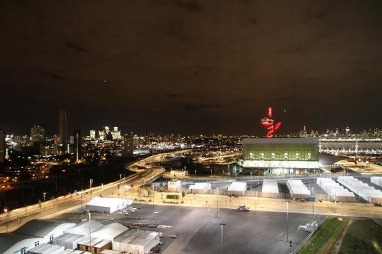 Staybridge Suites London - Stratford City: Night view of Olympic Village from room