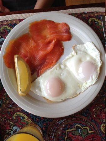 The Stone House B&B: Fried eggs and salmon