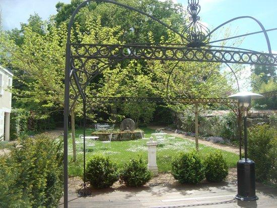 Manoir du Parc: Rear garden & BBQ area