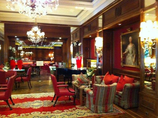 Der Europäische Hof Heidelberg: elegante Lobby mit Bar