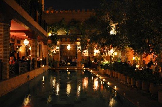 La Maison Arabe : Piscina por la noche