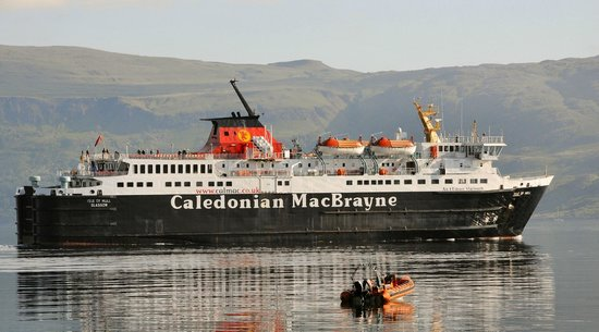 Craignure Inn: MV Isle of Mull passes front of hotel on way back to Oban