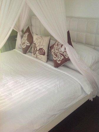 Nunia Boutique Villas: Manky main bed