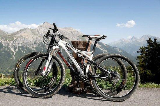 Berghotel Tgantieni: Bikeparadies, Aussicht vom Hotelparkplatz