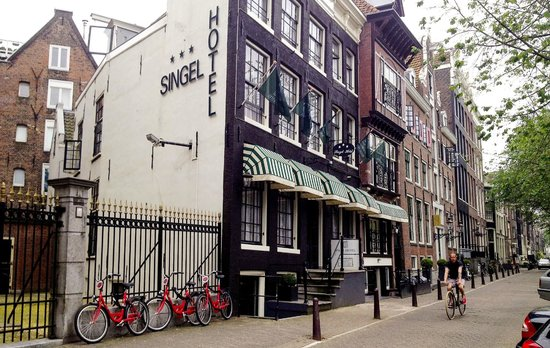Singel Hotel Amsterdam: Hotel seen from the street. Canal is on my right hand side.