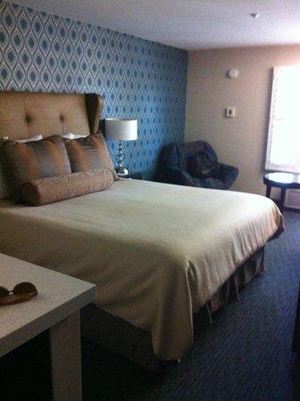 Hotel Indigo Napa Valley: Huge bed