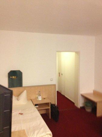Hotel Grille: Fint værrelse med lille seng