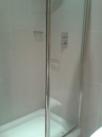 Pillo Hotel Ashbourne: Shower
