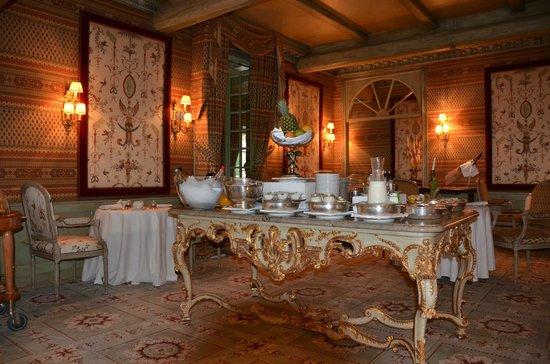 Royal Champagne: Elegant breakfast room