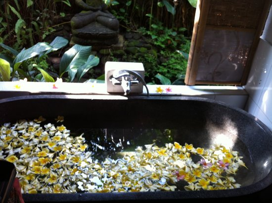 Ubud Wellness Spa: The lady's gave us a floral bath (for after our coffee body scrub & cucumber wrap) very relaxing