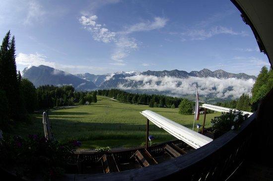 Berghof Predigstuhl: Blick von Zimmer 6 auf die Terrasse des Hotels, Hallstätter See und Dachstein