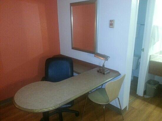 Motel 6 Nashua South: Desk area