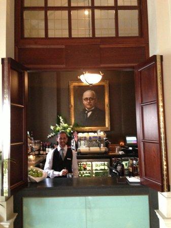 โรงแรมเดอะบลูมเบรี่: De vriendelijke Spaanse barman
