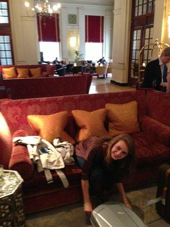 The Bloomsbury: De gezellige lobby, waar altijd drinken klaar staan, wat je gewoon in mag schenken