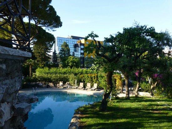 Mercure Villa Romanazzi Carducci: Blick vom Pool