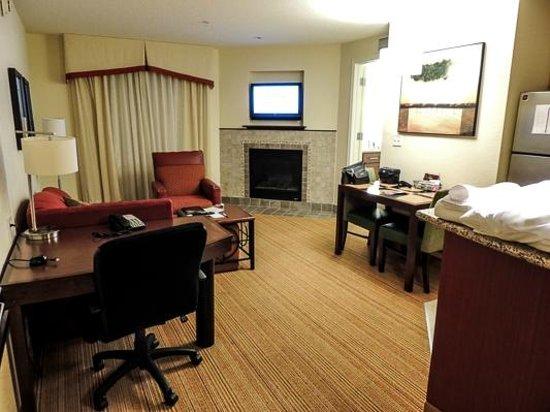 Residence Inn Harrisonburg : Living room and dining area