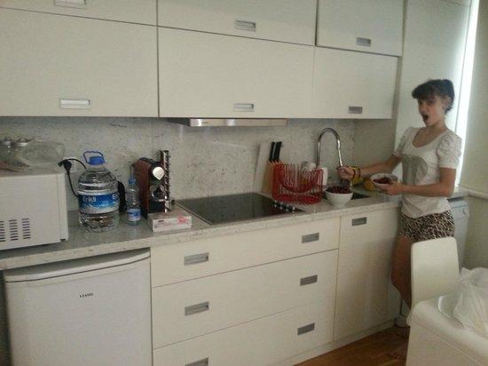 Nuru Ziya Suites: Кухонный уголок