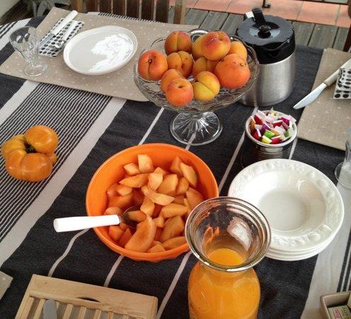 UnE VuE SuR CouR: mise en place grigio-avorio... e l'arancione con albicocche, melone e tomato-ananas!