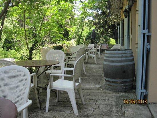 Logis Hostellerie le Blason de Provence : 2 zeer mooie terrassen en buiten te eten...