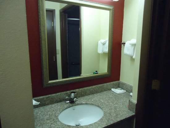 Red Roof Inn & Suites Cincinnati North-Mason: Area Before the bathroom