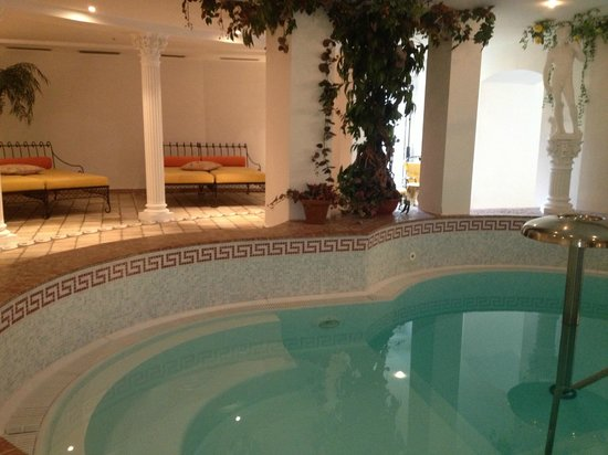 Residence St. Martin Appartements: lettini a bordo piscina