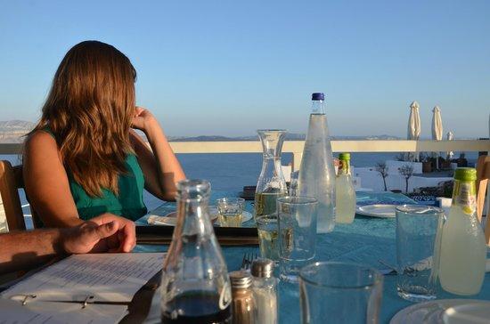 Petros Restaurant: Enjoying the caldera view and people watching
