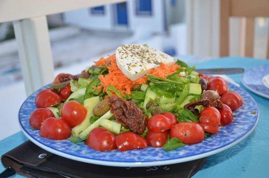 Petros Restaurant: Gorgeous salad that actually used Santorini tomatoes.