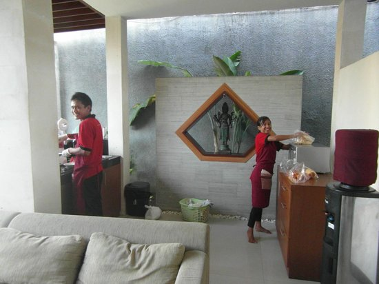 Grania Bali Villas: Friendly staff preparing breakfast in our private kitchen