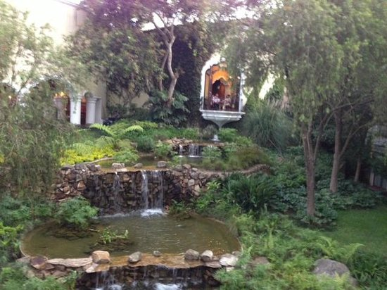 Hotel Vista Real Guatemala: Zona verde camino a las habitaciones