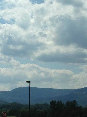 Sleep Inn & Suites Middlesboro: Looking west from the parking lot.